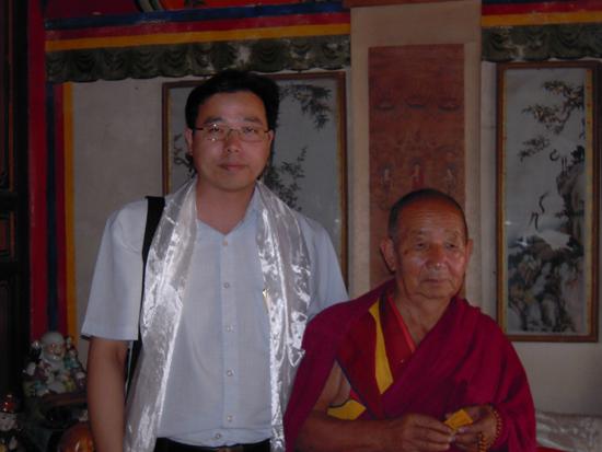 了佛门圣地塔尔寺,与杨嘉活佛进行了亲切会谈并合影